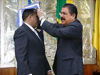 Manuel Zelaya impone banda presidencial a Porfirio Lobo