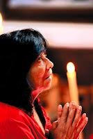 Mujer reza con devoción en cuaresma