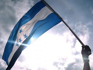 Bandera de Honduras flameando al sol.