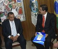 Porfirio Lobo y Manuel Zelaya con la banda presidencial