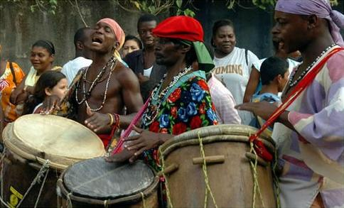 Garífunas tocando tambor